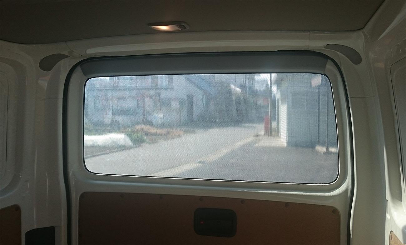 リアウィンドー・全面内貼り・横ストライプ・車内から